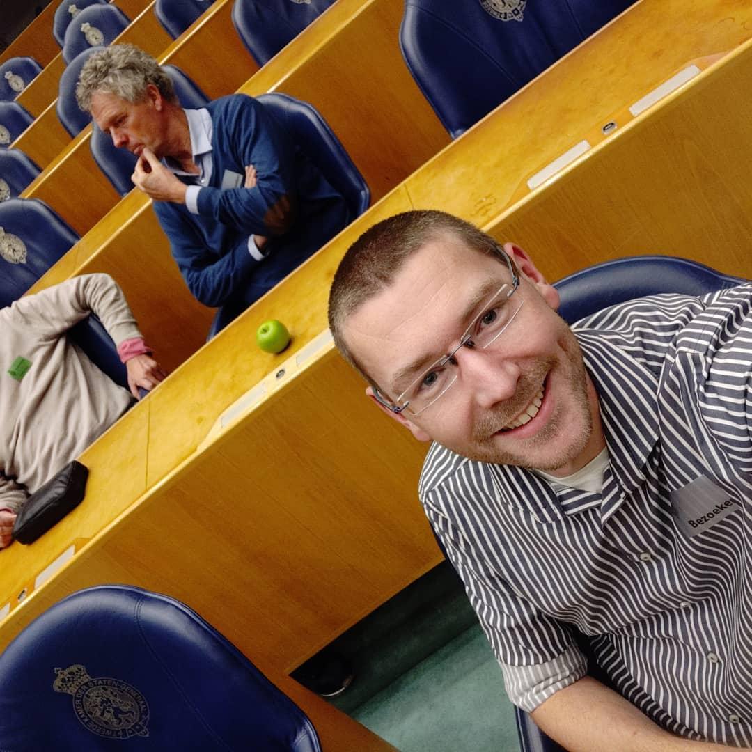 Vandaag bij een erg leuke trouweledendag van @d66_insta in de Tweede Kamer geweest. Voor het eerst in de plenaire zaal, hier op de stoel van Geert 😁